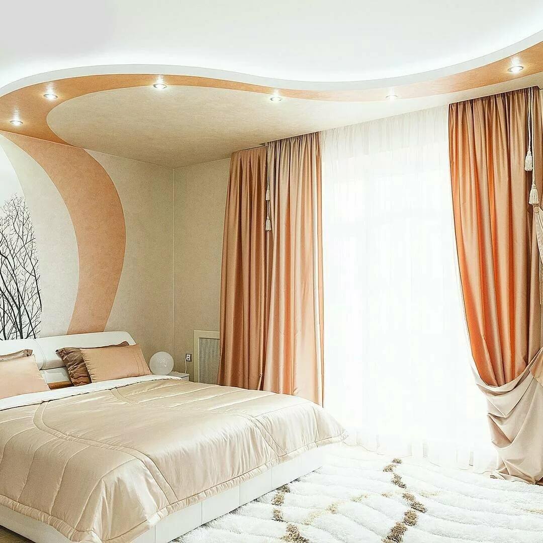 надо натяжной потолок в спальне дизайн фото зависимости